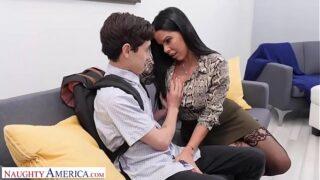 Una muy caliente maestra xxx le da el mejor sexo a su afortunado alumno